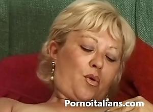Matura italiana si masturba - Italian matured masturbates granny